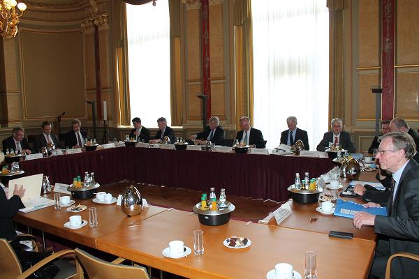 Das Bild zeigt den Ministerpräsidenten Dr. Haseloff und die Mitglieder des Sitzung des Sachsen-Anhalt-Forums am 8.6.2015